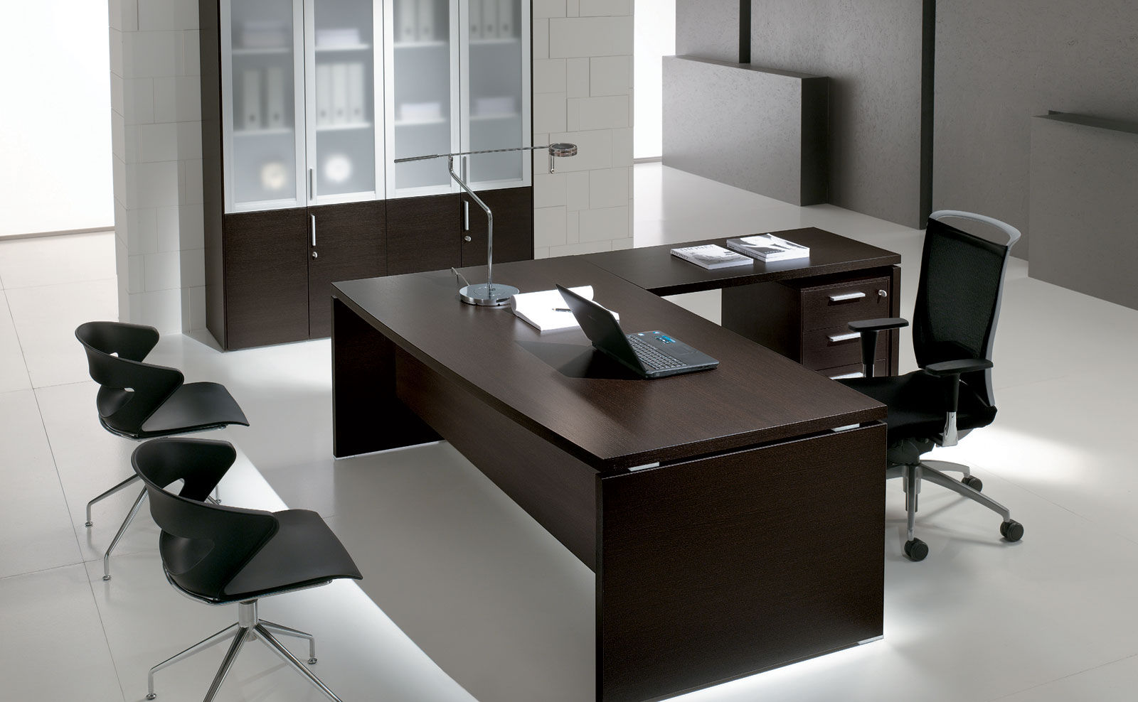 Cool office desk affordable cool stuff for your office u for Decoration bureau professionnel design